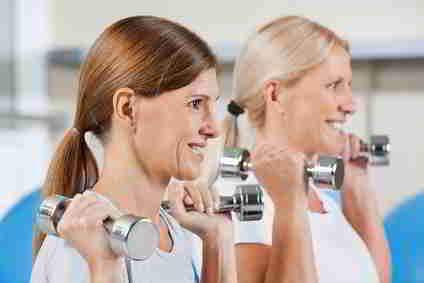 Frauen machen Sport im Fitnesscenter
