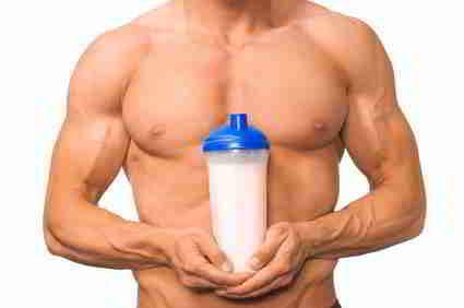 Bodybuilder hält Proteingetränk