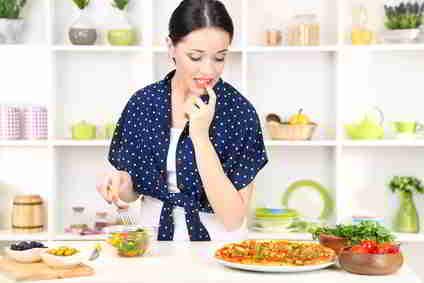 Abnehmen ohne Kohlenhydratediet on kitchen background