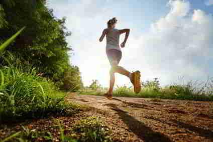 Frau joggt am Waldrand